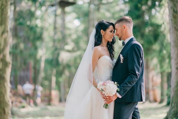 Mooie bruidspaar buiten portret.