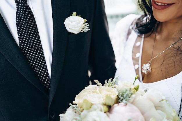 Mooie bruidspaar hand in hand. het is zo'n spannend moment. vintage trouwjurk en herenkostuum. reclame voor bruidssalon. bruiloft banner.