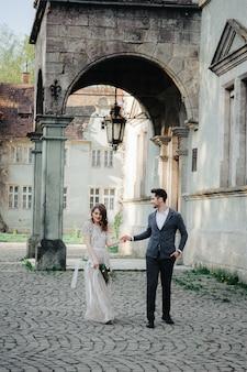 Mooie bruidspaar in de avond in een kasteel