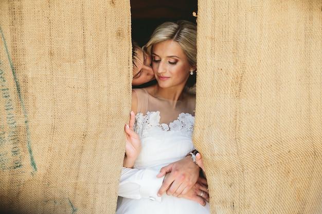 Mooie bruidspaar in deuropening
