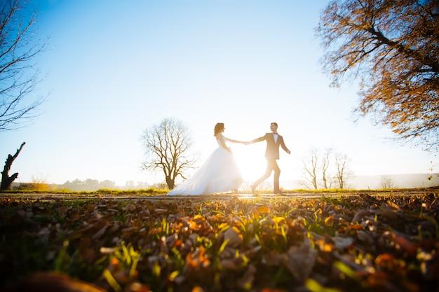 Mooie bruidspaar in zonsondergang