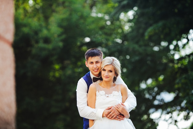 Mooie bruidspaar knuffelen in het park