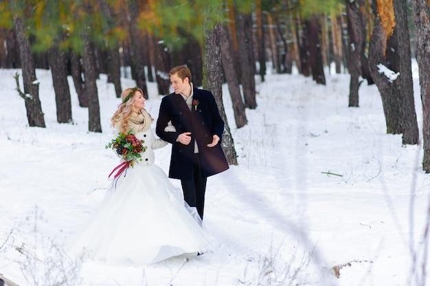 Mooie bruidspaar op hun winter bruiloft