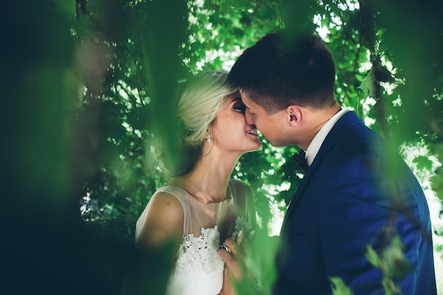 Mooie bruidspaar poseren