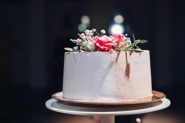 Mooie bruidstaart versierd met bloemen