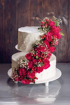 Mooie bruidstaart versierd met rozen