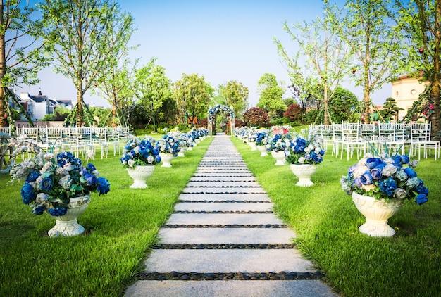 Mooie bruiloft bloem arrangement van zitplaatsen langs het gangpad