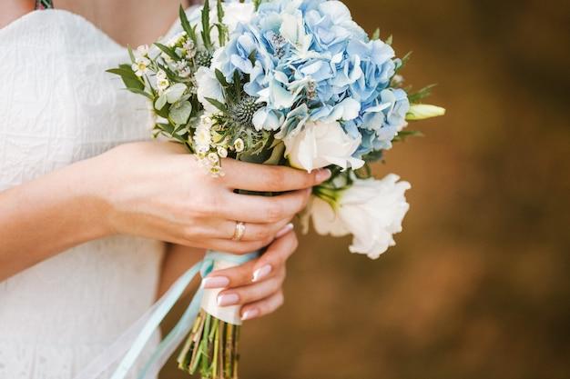 Mooie bruiloft boeket bloemen in handen van de bruid. kopieer ruimte