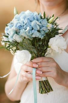 Mooie bruiloft boeket bloemen in handen van de bruid