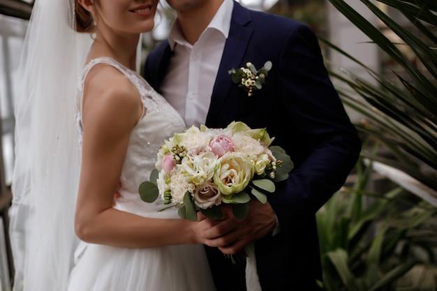 Mooie bruiloft boeket in handen van de bruid