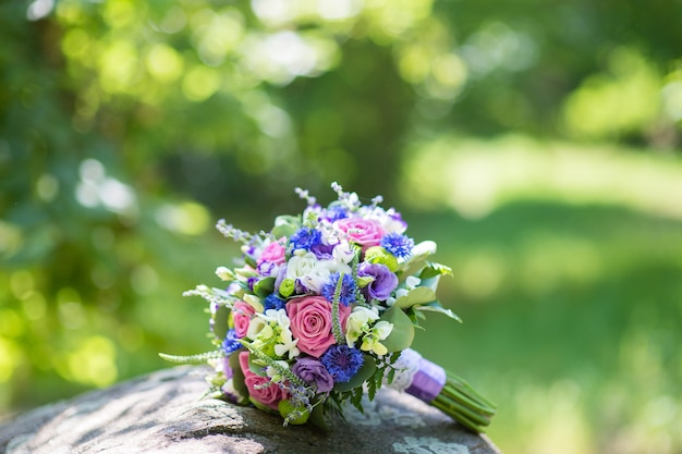 Mooie bruiloft bruidsboeket van verse bloemen in het park