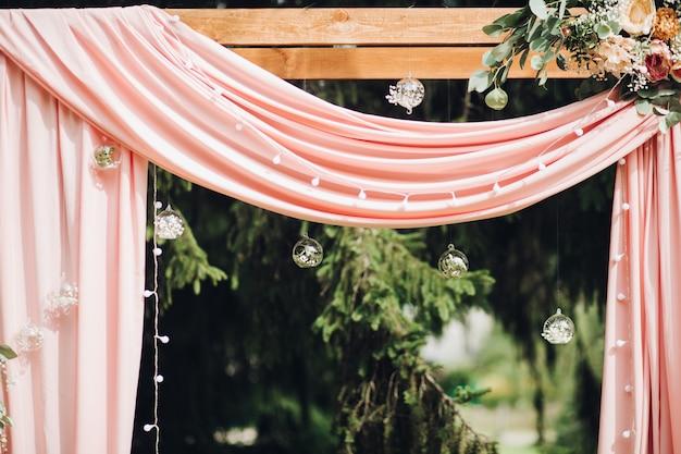 Mooie bruiloft decoratie met ballen van bloemen.