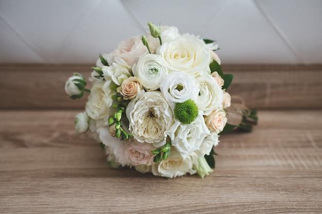 Mooie bruiloft kleurrijke boeket voor bruid. schoonheid van gekleurde bloemen. close-upbos van bloemen. bruids accessoires. vrouwelijke decoratie voor meisje. details voor huwelijk en voor echtpaar