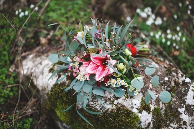 Mooie bruiloft kleurrijke boeket voor bruid. schoonheid van gekleurde bloemen. close-upbos van bloemen. bruids accessoires. vrouwelijke decoratie voor meisje. details voor huwelijk en voor echtparen