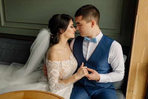 Mooie bruiloft, man en vrouw, geliefden man vrouw, bruid en bruidegom. jonggehuwde verliefde paar ziet er een-op-een.