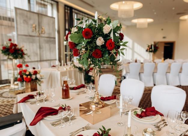 Mooie bruiloft opgezet. huwelijksceremonie