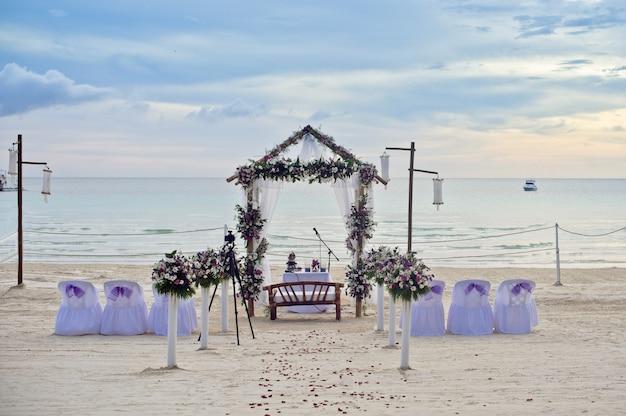 Mooie bruiloft opgezet op een strand