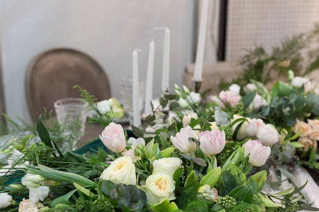 Mooie bruiloft tabel en bruiloft decor met bestek in bruine en groene tinten