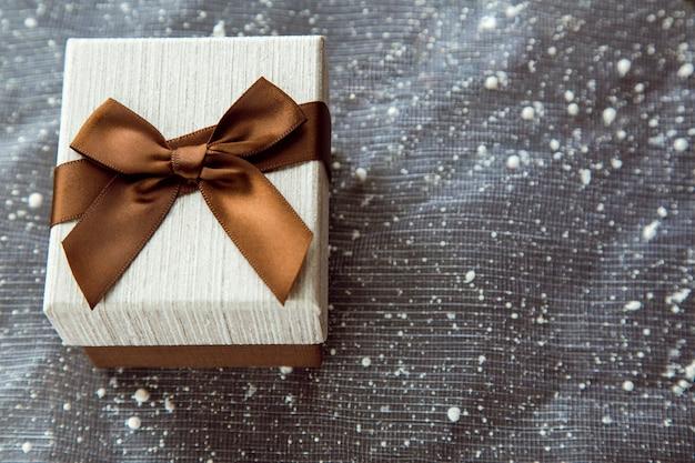Mooie bruine geschenkdoos met witte hoes kreeg een geheim cadeau in ideeën voor tweede kerstdag met kerstmis