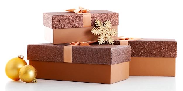 Mooie bruine kerstcadeaus met speelgoed geïsoleerd