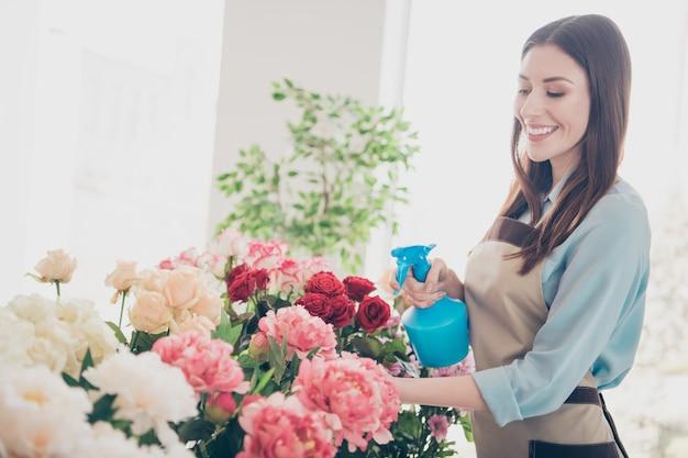 Mooie brunette botanicus poseren in haar bloemenwinkel