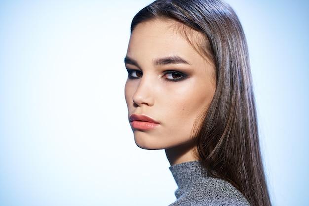 Mooie brunette elegante stijl lichte make-up luxe aantrekkelijke uitstraling studio.