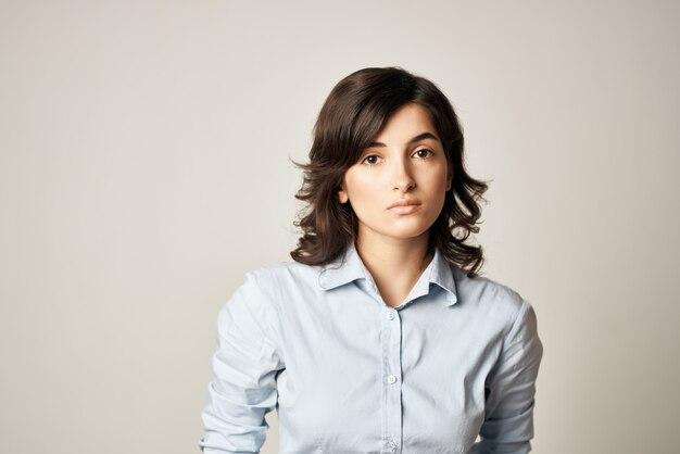 Mooie brunette herfst shirt aantrekkelijk uiterlijk geïsoleerde achtergrond