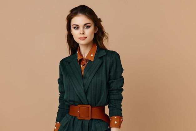 Mooie brunette in rood de riemmodel van het kostuumoverhemd.