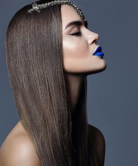Mooie brunette met blauwe lippen