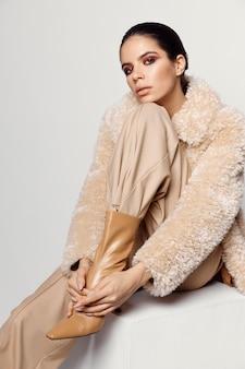 Mooie brunette met haar hand op haar hoofd mode-accessoires