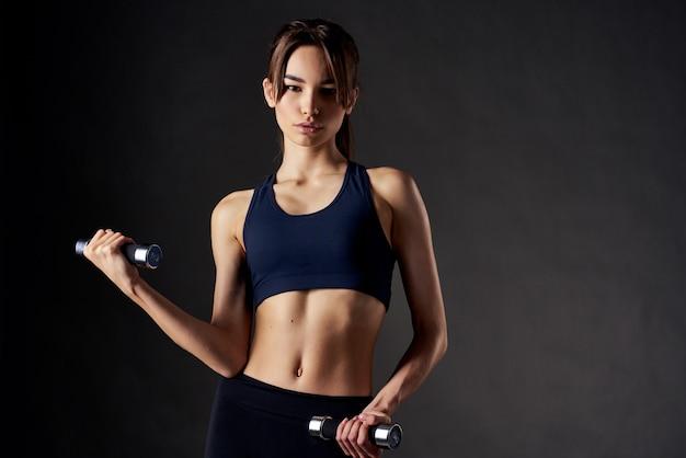 Mooie brunette met test in handen slank figuur oefeningskracht