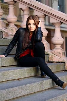 Mooie brunette op de trap