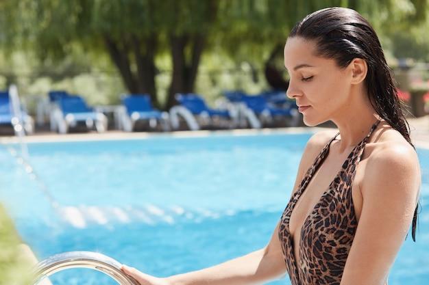 Mooie brunette vrouw in bruin zwembroek met luipaardprint