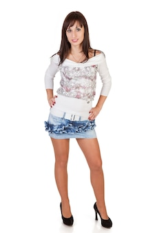 Mooie brunette vrouw in sexy minirok op witte achtergrond