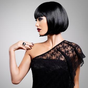 Mooie brunette vrouw met geschoten kapsel, close-up portret van een vrouwelijk model