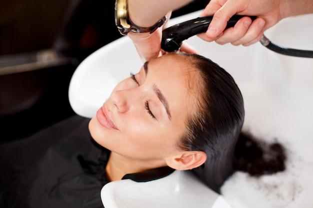 Mooie brunette wast haar in een schoonheidssalon