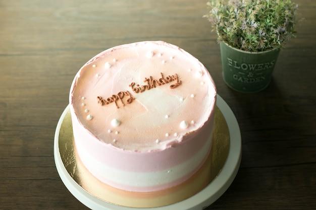 Mooie cake is gemaakt voor verjaardagsviering