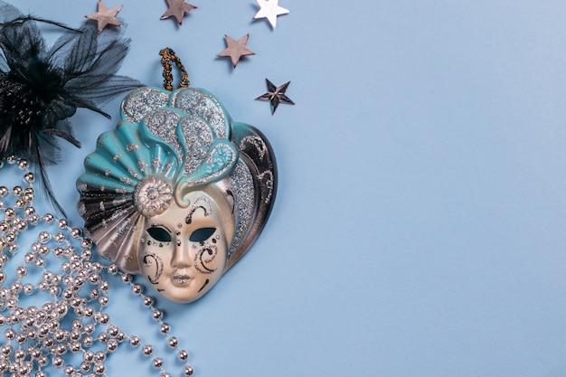 Mooie carnaval festivalmaskerdecoratie met zilveren sterren en kralen