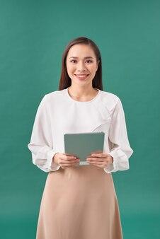 Mooie casual vrouw met een tablet.