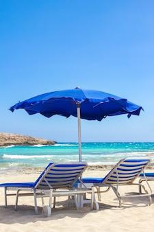 Mooie chaise longue aan zee