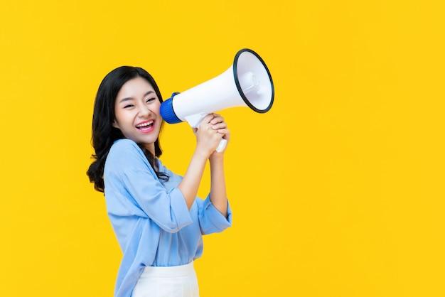 Mooie chinese vrouw die cheerfully magaphone gebruikt