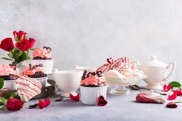 Mooie chocoladecupcake met meringue