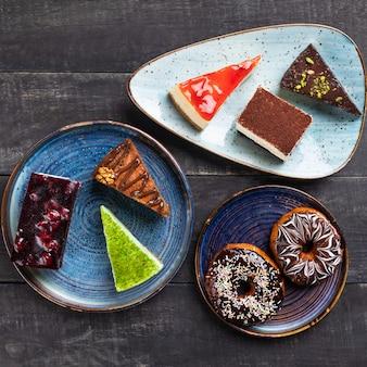 Mooie chocoladetaarten, desserts, donut bovenaanzicht