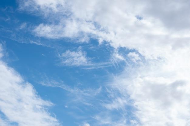 Mooie cirrus en pluizige cumuluswolken in de blauwe lucht. perfecte achtergrond van blauwe lucht en witte wolken voor uw foto's, ontwerplay-out.