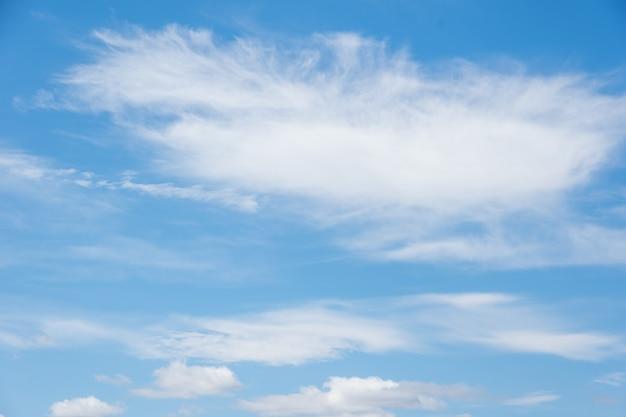 Mooie cirruswolken in de blauwe ochtendhemel. achtergrond van blauwe lucht en witte cirruswolken in de zomer voor uw foto's, mockup voor ontwerp.