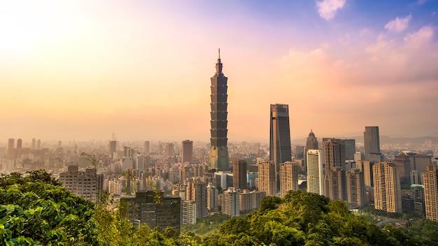Mooie cityscape van taiwan van en taipeh 101 bouwend bij zonsondergang