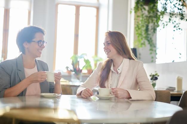 Mooie collega's bij koffiepauze