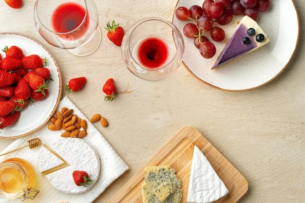 Mooie compositie met aardbei, druiven, kaas en bosbessen cheesecake bovenaanzicht