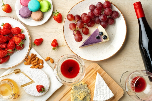 Mooie compositie met aardbei, druiven, kaas en bosbessenkaastaart