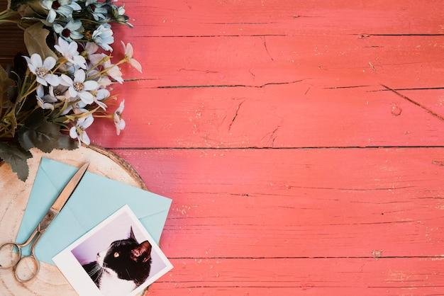 Mooie compositie met blauwe bloemen en vintage achtergrond
